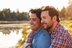 Head och skuldraskott av romantiska manliga glade par royaltyfria foton