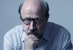Head stående av den mogna gamala mannen för pensionär på hans 70-tal som ser ledsen och bekymrad lidandeAlzheimers sjukdom arkivbild