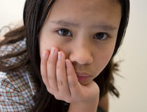 head vilande schoolgirl för hand Arkivfoto