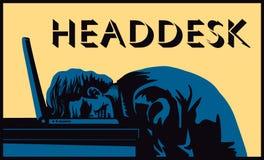 Headdesk! Betonter schlagender Kopf des Geschäftsmannes gegen Schreibtisch Lizenzfreies Stockfoto