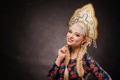 Headdress, κορίτσι, λαός, πορτρέτο, άσπρος, ρωσικά, Ρωσία, φόρεμα, Στοκ Φωτογραφία