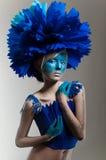 Δημιουργική ομορφιά που καλύπτονται με τα κυανά headdress Στοκ Φωτογραφία