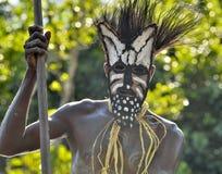 Headhunter plemię Asmat w masce z wiosłem obrazy royalty free