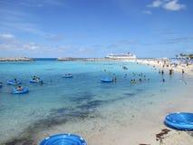Heading till Bahamas på Parahoys kryssning royaltyfria foton