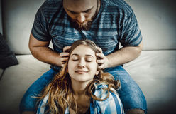 Headmassage im Haus Stockfotos
