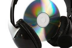 Headphone och cd på vitbakgrund Arkivfoton