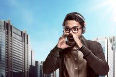 Headphone och ropa för asiatisk man bärande royaltyfri bild