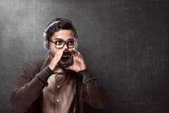 Headphone och ropa för asiatisk man bärande arkivbild