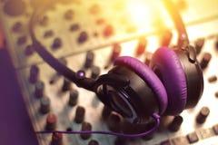 Headphone på solid blandare i studion Arkivbilder