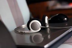 headphonebärbar dator Arkivfoto