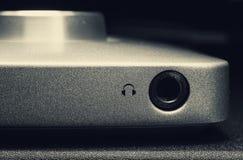 Headphonen pluggar in på ljudutrustning Arkivbilder