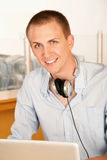 headphones laptop man young Στοκ εικόνες με δικαίωμα ελεύθερης χρήσης