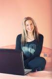 headphones laptop smiling woman Стоковое Изображение