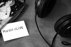 Headphones and message beside Royalty Free Stock Photography