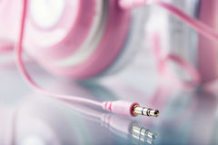 headquarter Różowi hełmofony z dźwigarka włącznikiem - lustrzany odbicie obrazy royalty free