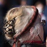 Headress porté en tant qu'élément du costume traditionnel le jour norvégien de constitution photographie stock