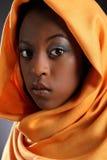 Headress que desgastan de la muchacha negra joven hermosa Imagenes de archivo