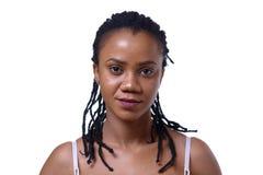 Headshot της σκοτεινός-ξεφλουδισμένης γυναίκας στο άσπρο υπόβαθρο στοκ εικόνα