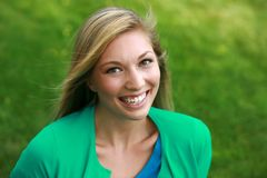 Headshot довольно предназначенный для подростков модельный усмехаться стоковые изображения rf