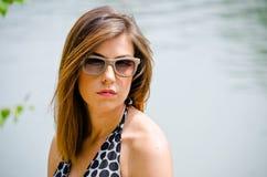 Headshot ładna brunetki dziewczyna outdoors w naturze Zdjęcie Royalty Free