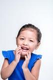 Headshot asiático de la muchacha en del fondo de la risa el lound blanco hacia fuera Imagenes de archivo