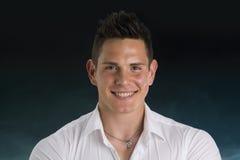 Headshot av att le den attraktiva unga mannen i vit arkivfoton