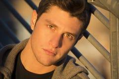Headshot av den attraktiva unga mannen på solnedgången royaltyfri foto