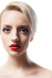 Headshot av den härliga modellen med röda kanter och blont kort hår Royaltyfria Foton