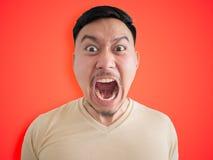 Headshot av den ilskna och tokiga framsidan av den asiatiska mannen royaltyfri bild