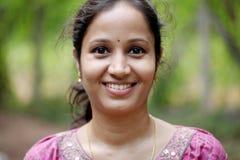 Headshot av den indiska kvinnan Arkivfoto