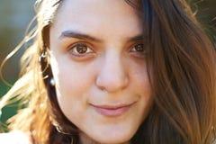 Headshot av den latinamerikanska kvinnan Royaltyfria Bilder