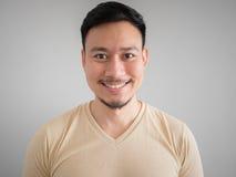 Headshot av den lyckliga asiatiska mannen Arkivbilder