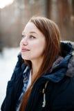 Headshot av den unga kvinnan som ser bort och att le Arkivfoton