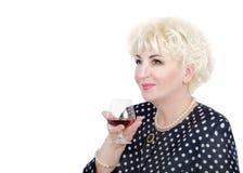 Headshot av den vuxna damen som poserar med exponeringsglas av konjak Fotografering för Bildbyråer