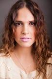 Headshot av en gullig latinsk flicka Royaltyfri Foto