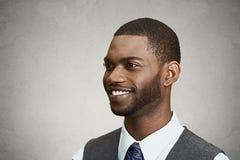 Headshot av en ung lycklig man arkivfoto