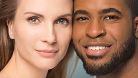 Headshot av lyckliga multietniska par som poserar i studio arkivbilder