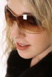Headshot biondo splendido che modella i vetri fotografia stock