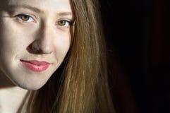 Headshot blondynki młoda kobieta, czarny tło Fotografia Stock