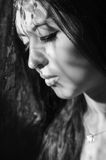 Headshot brunetki modela doświadczalnictwo z cieniami Obrazy Stock