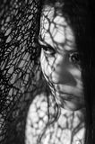 Headshot brunetki wzorzystości wzorcowi używa cienie jak Zdjęcia Royalty Free
