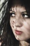Headshot brunetki wzorzystości wzorcowi używa cienie jak Zdjęcia Stock