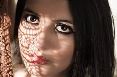 Headshot brunetki wzorzystości wzorcowi używa cienie jak Fotografia Royalty Free