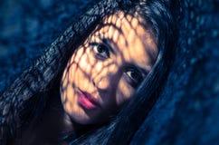 Headshot brunetki wzorzystości wzorcowi używa cienie jak Obraz Royalty Free