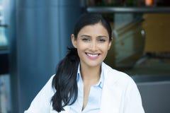 Headshot confiado del profesional de la atención sanitaria imágenes de archivo libres de regalías