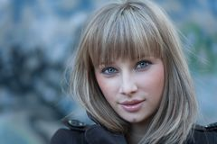 Headshot d'une chevelure blond avec du charme de femmes Image libre de droits