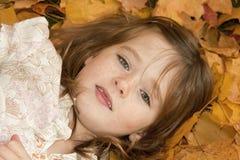 Headshot da menina nas folhas Imagem de Stock Royalty Free