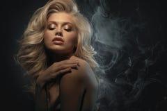 Headshot de beauté de modèle de blonde de mode photographie stock