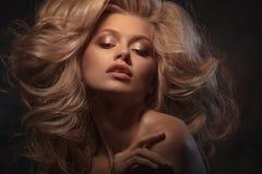 Headshot de beauté de modèle de blonde de mode images stock