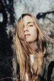 Headshot de fille blondy assez jeune avec le visage très joli Image libre de droits